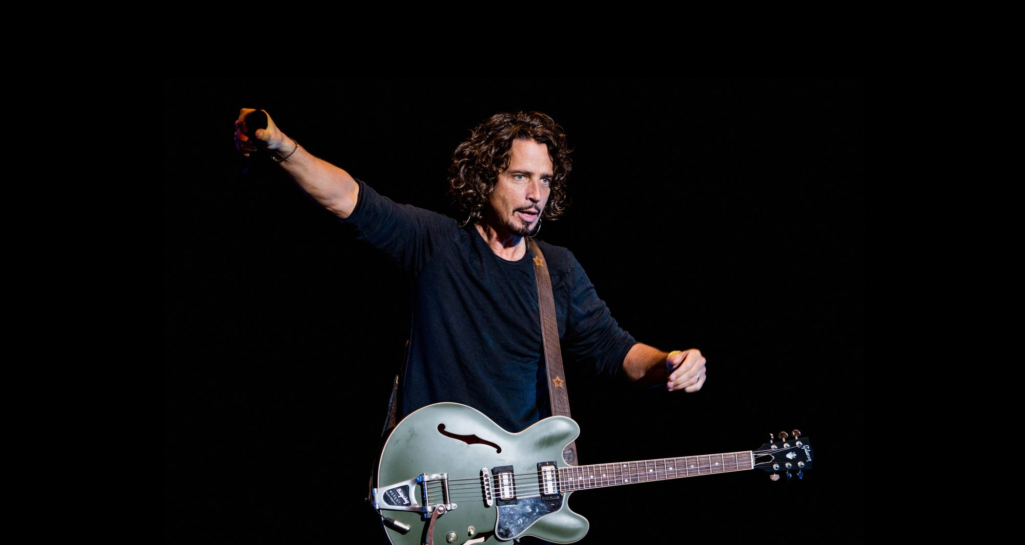 chris-cornell-hands-out