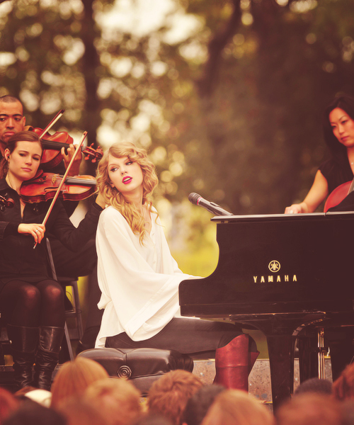 taylor_swift_playing_piano-4465