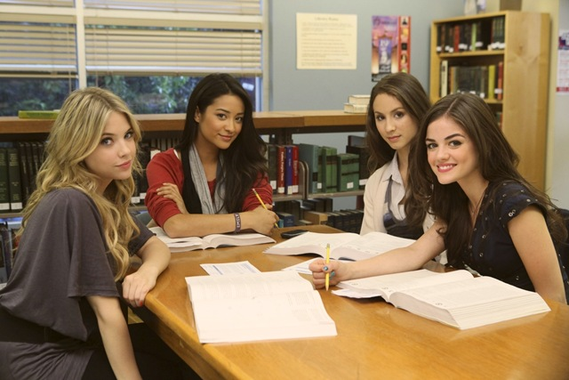 1x09-The-Perfect-Storm-Behind-the-Scenes-pretty-little-liars-tv-show-14461253-2000-1333_thumb[7]