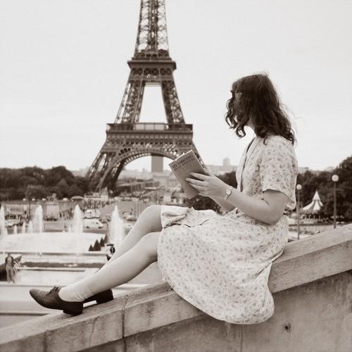 paris-reading-girl