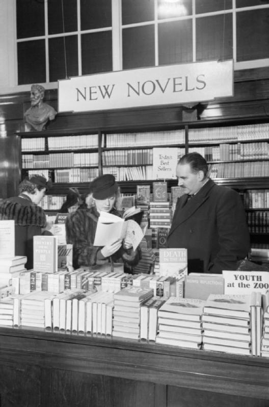 Customers_in_the_Book_Department_at_Selfridge's_department_store_in_London_during_1942._D6590