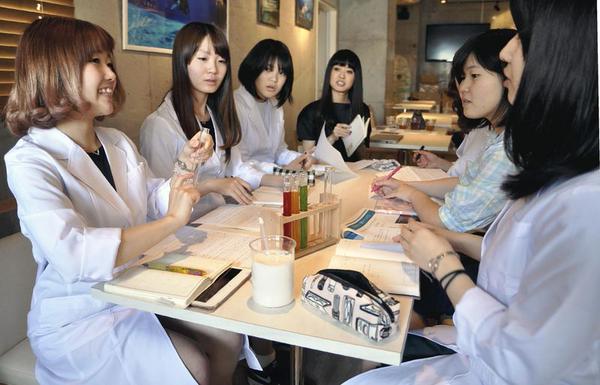 Rikejo-cafe-kafe-tempat-bergaul-para-gadis-penggemar-ilmu-pengetahuan-1