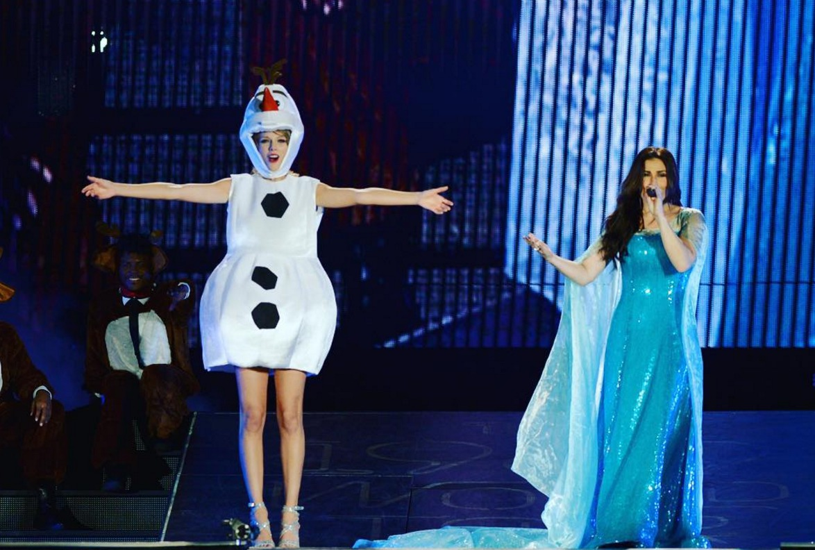 Picture of Taylor Swift and Idina Menzel Singing Frozen