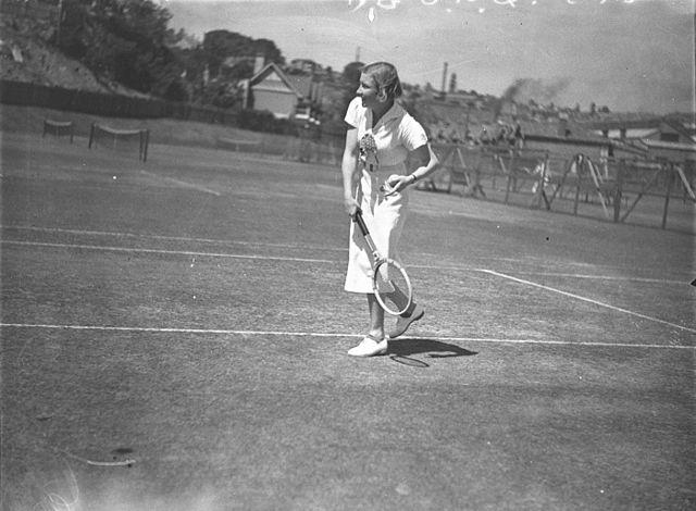 SLNSW_42843_Unidentified_women_tennis_players_at_White_City