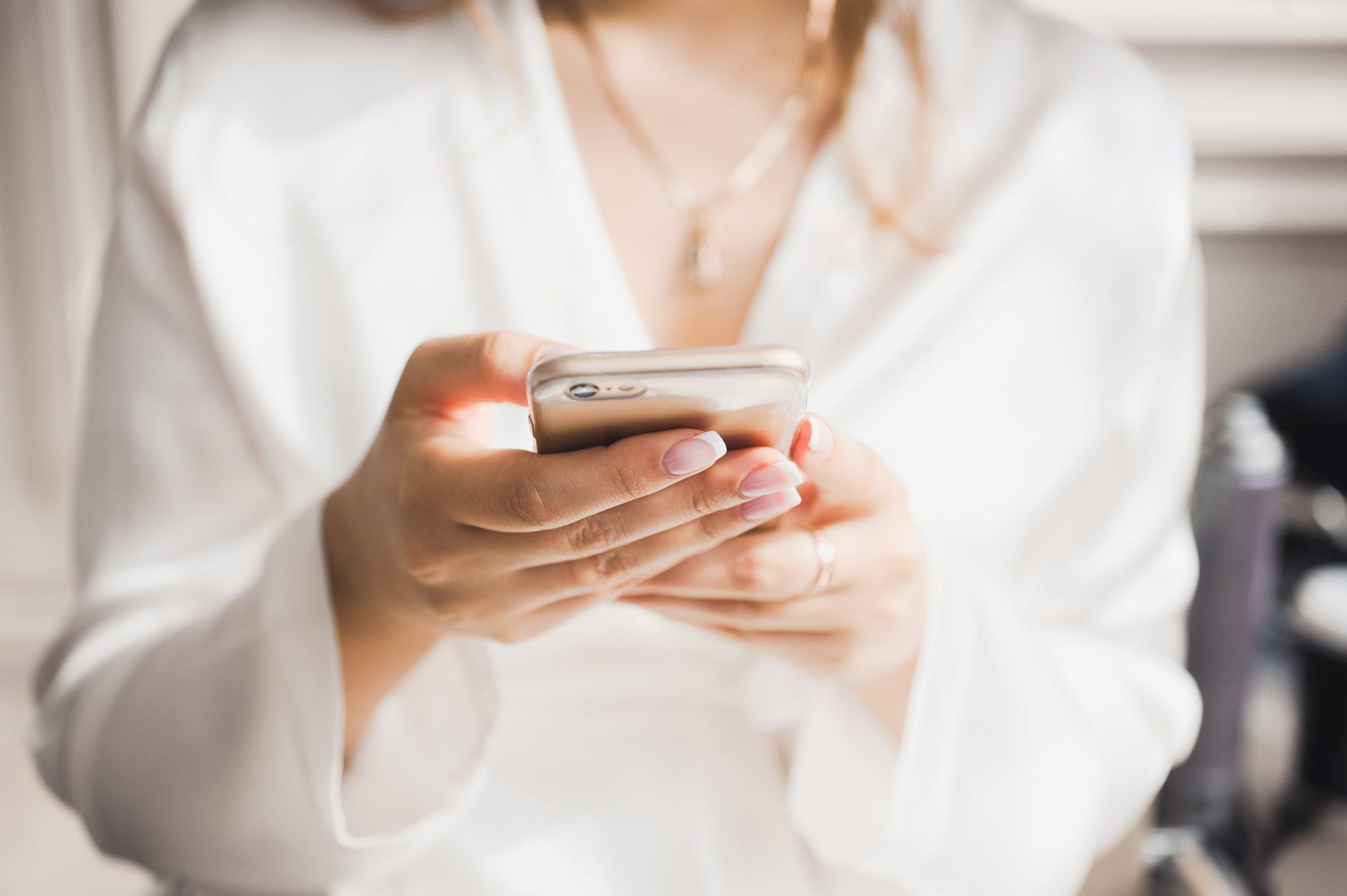 girl-holding-iphone-pregnancy
