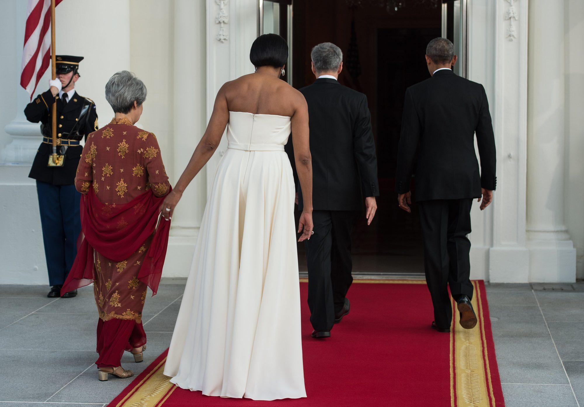 US President Barack Obama (R), First Lady Michelle Obama (2nd L) walk into the White with Singapore's Prime Minister Lee Hsien Loong (2nd R) and his wife Ho Ching (L) for a state dinner at the White House in Washington, DC, on August 2, 2016. / AFP / NICHOLAS KAMM        (Photo credit should read NICHOLAS KAMM/AFP/Getty Images)