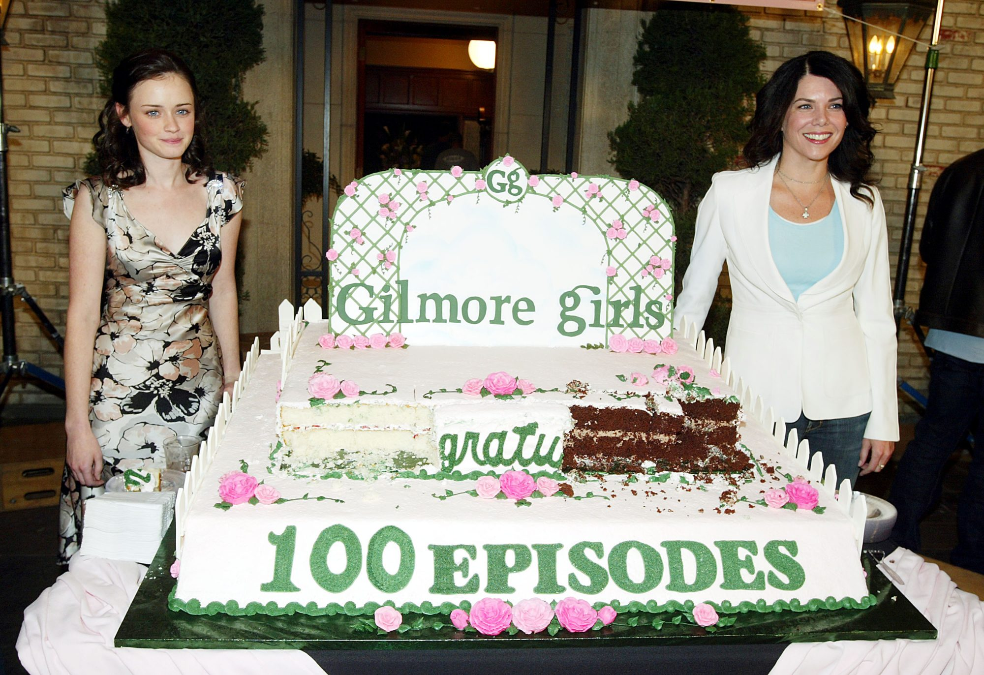 """""""The Gilmore Girls"""" 100th Episode Cake Cutting"""