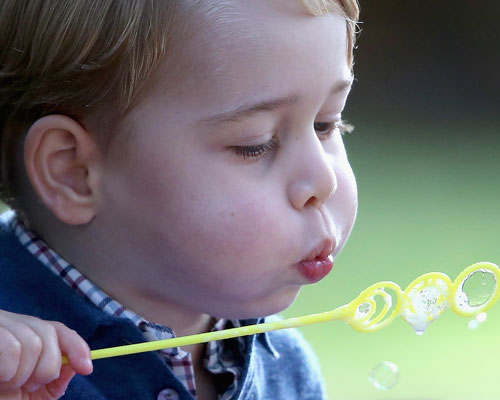prince-george-blowing-bubbles1.jpg