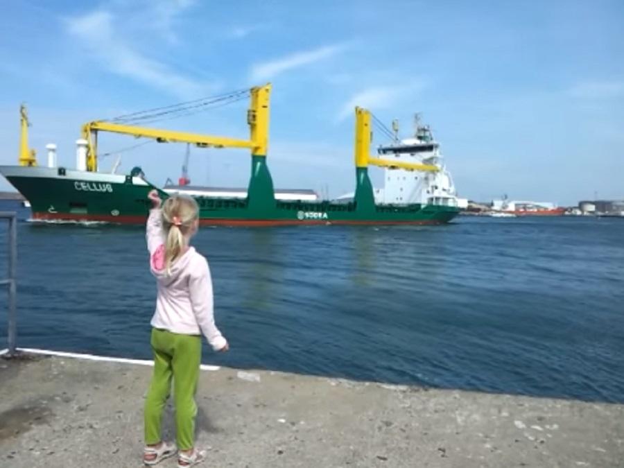 little-girl-honks-at-ship