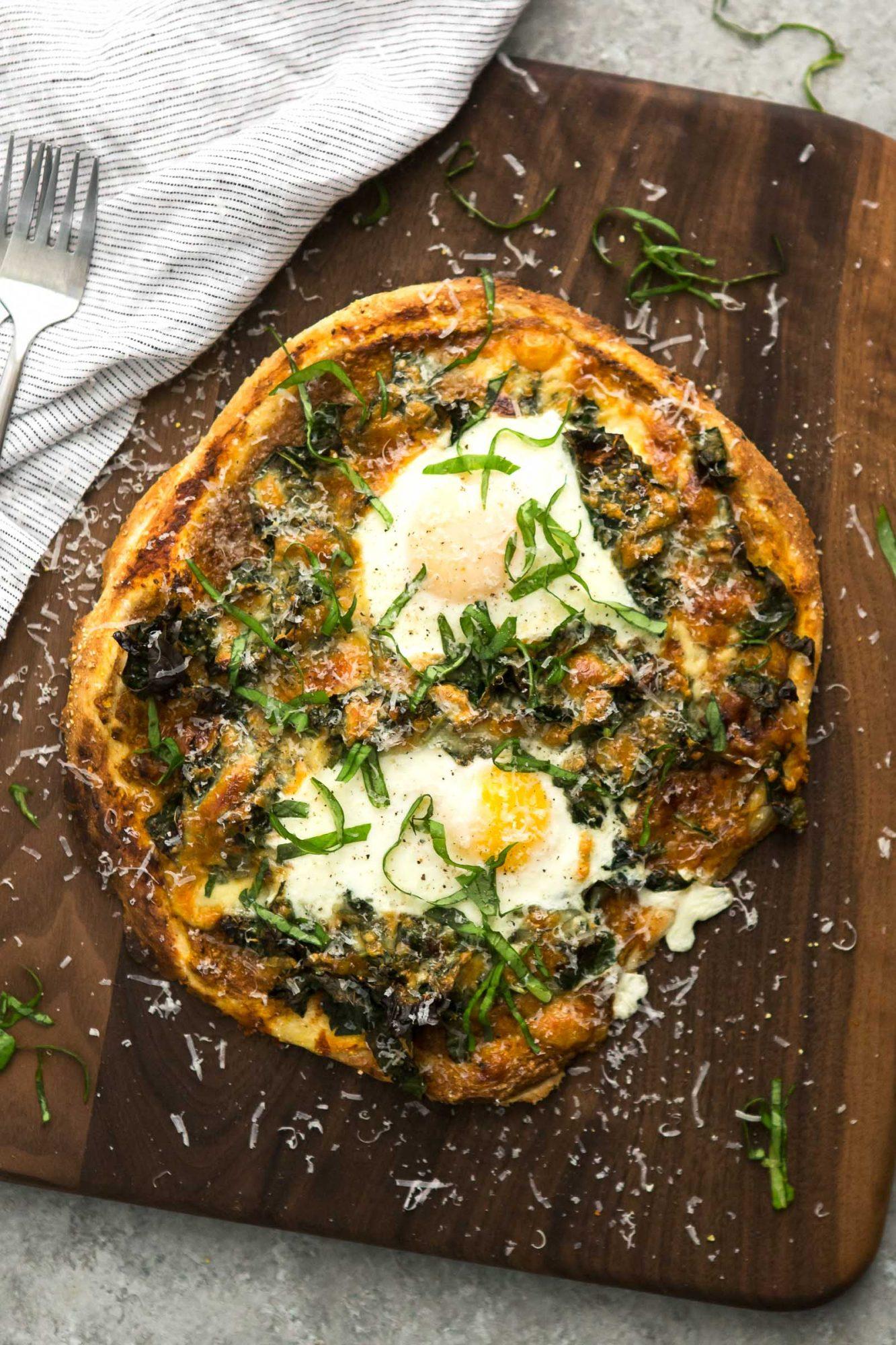garlicky_kale_pizza_eggs.jpg