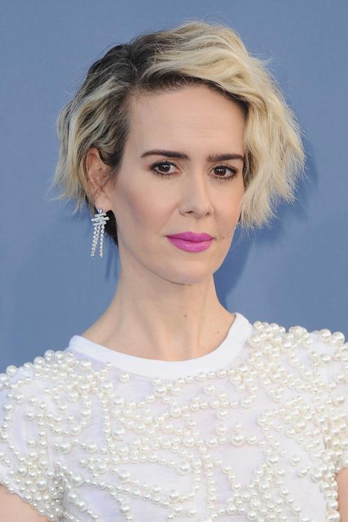 Sarah Paulson S Hot Pink Lip At The Critics Choice Awards Literally Slays Hellogiggles