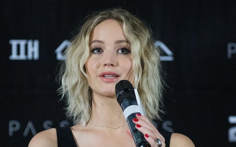 Jennifer-Lawrence-microphone