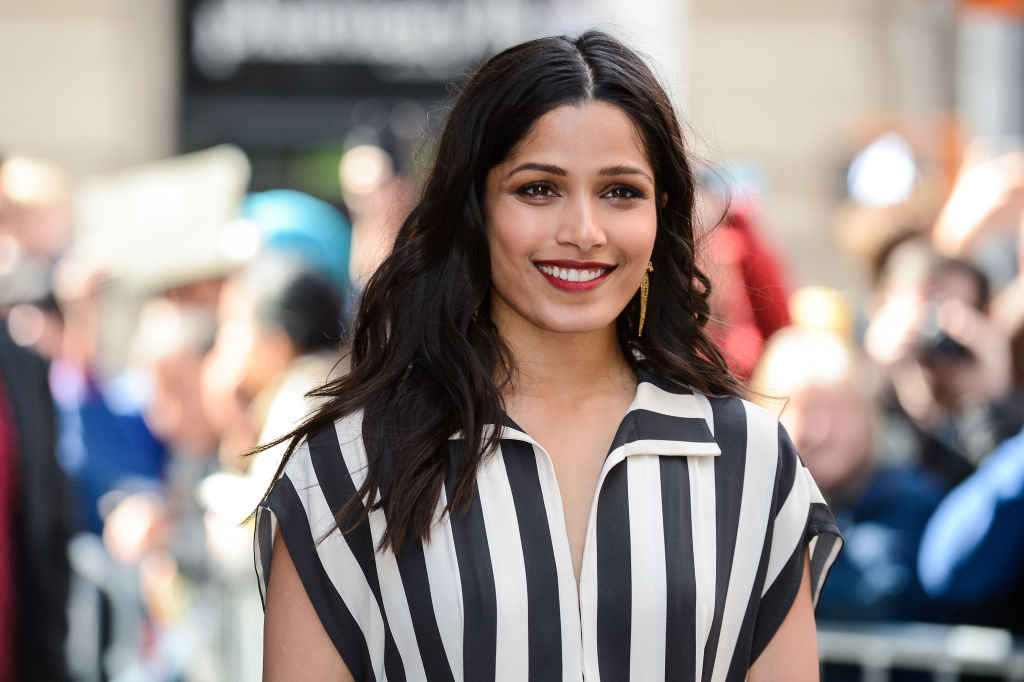 Freida Pinto wears black and white stripes.