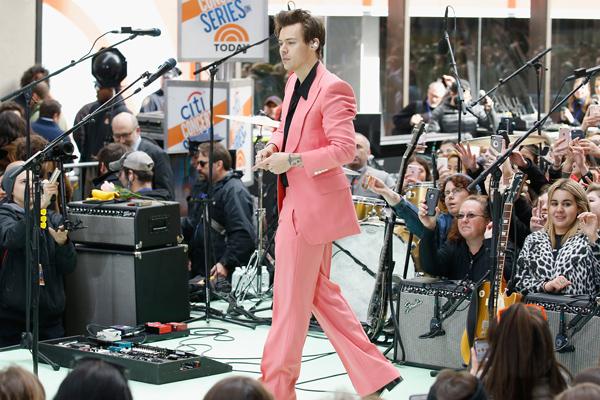harry-styles-full-pink-suit.jpg