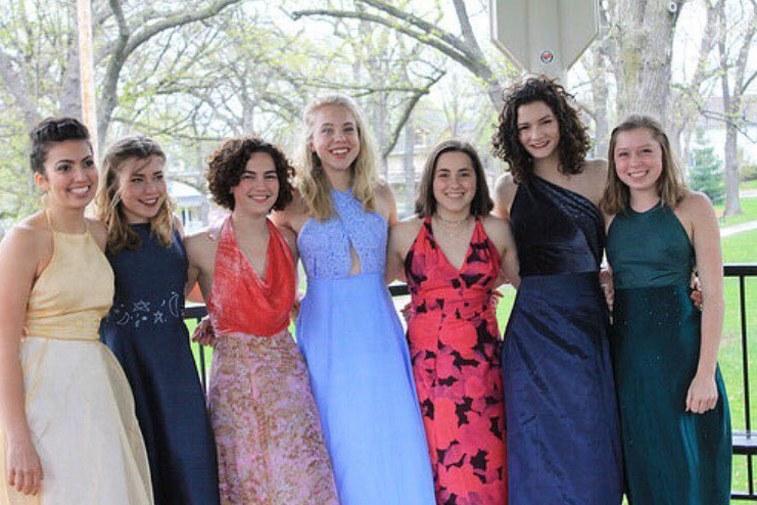 prom-dresses-friends