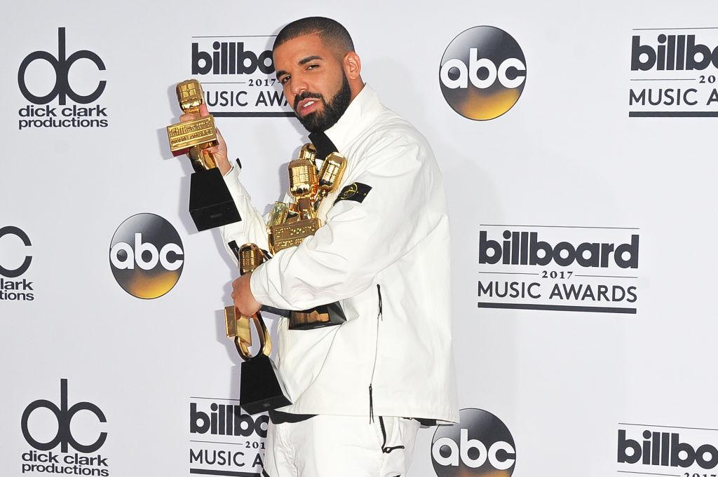 drake poses with billboard awards 2017
