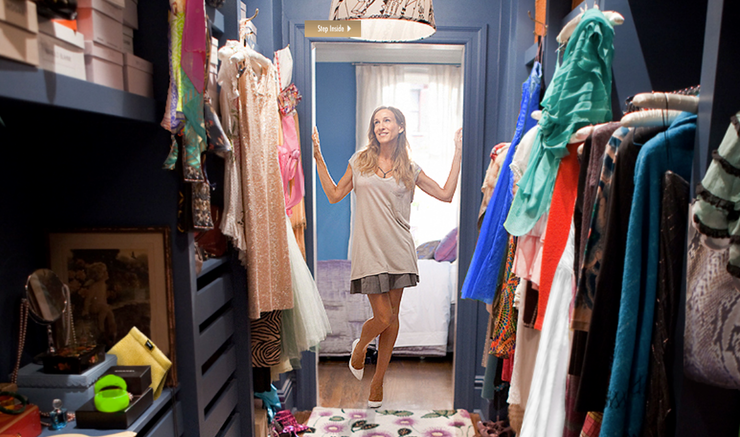 satc-carrie-models-clothing-in-her-closet