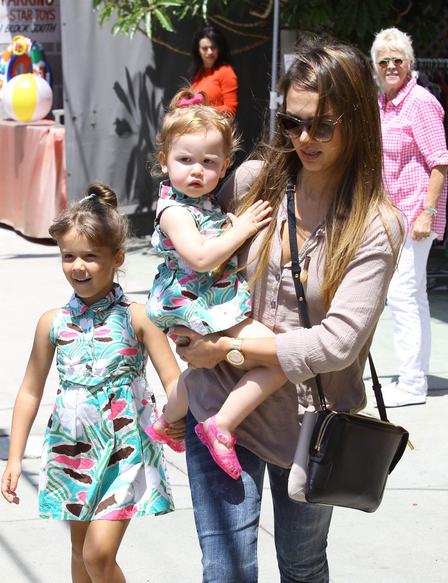 Alba-and-daughters.jpg