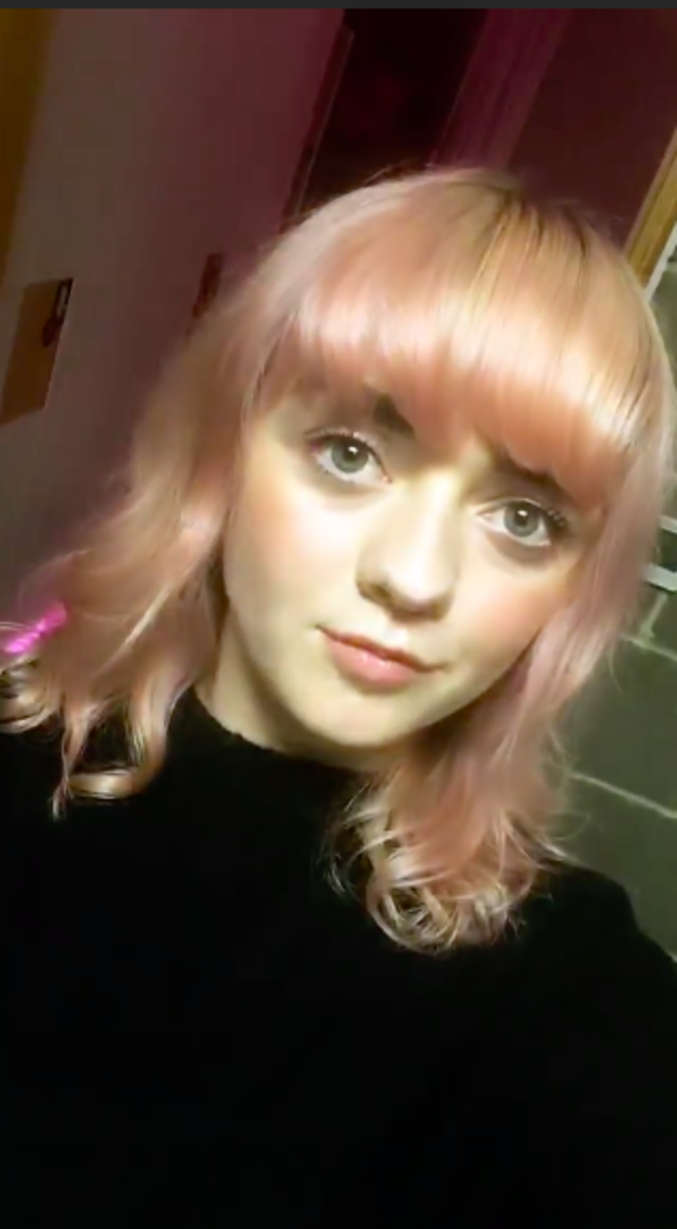 maisie-williams-pink-hair.png