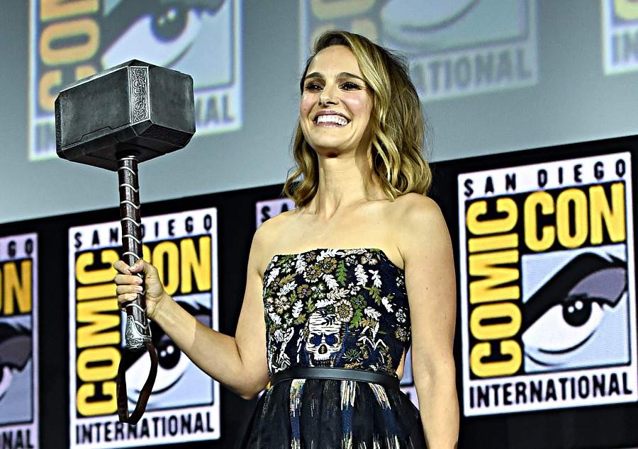 Natalie Portman holding Thor's Hammer at Comic Con