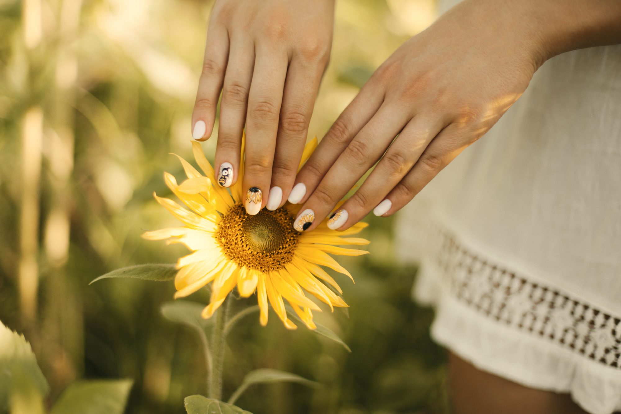 Sunflower nails trend