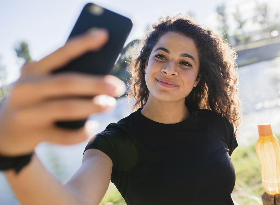 woman taking an instagram selfie