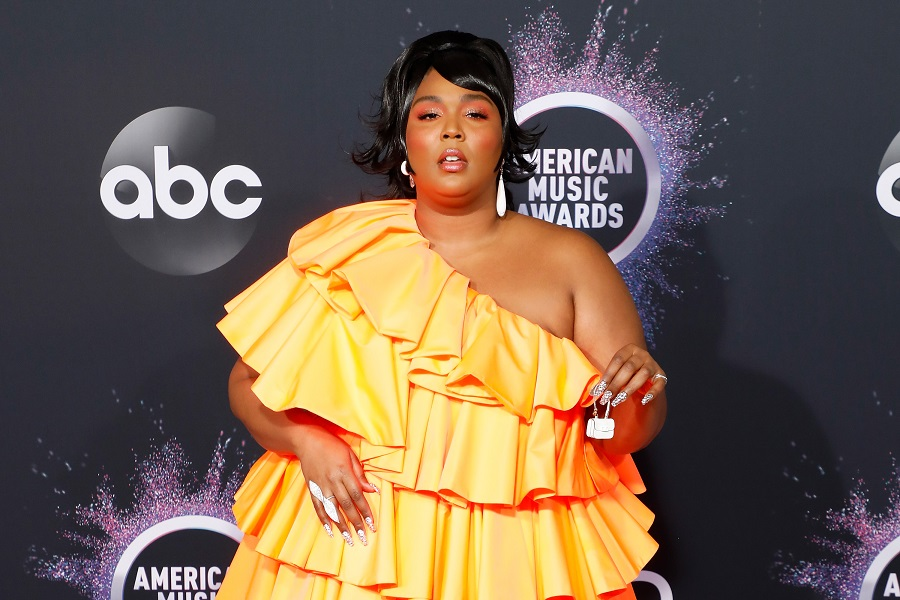 lizzo and her tiny valentino purse at the 2019 amas