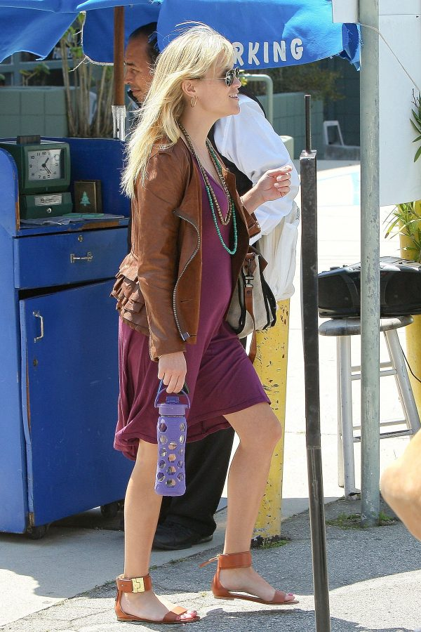 reese-witherspoon-lifefactory-water-bottle-e1580753459726.jpg