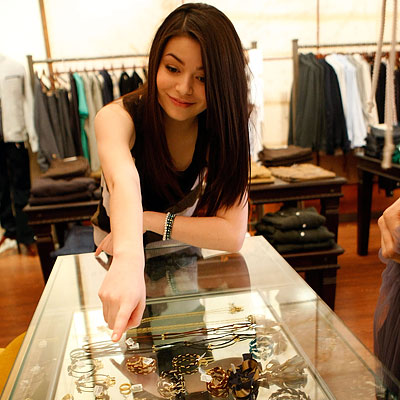 Miranda Cosgrove, Nickelodeon Kids Choice Awards Shopping Spree, Trying on accessories at Milk, Los Angeles, i Carly