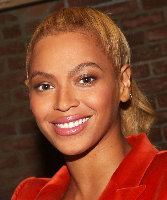 "NEW YORK, NY - OCTOBER 21:  (EXCLUSIVE COVERAGE)  Beyonce poses backstage at the hit musical ""Hamilton"" on Broadway at The Richard Rogers Theater on October 21, 2015 in New York City.  (Photo by Bruce Glikas/FilmMagic)"