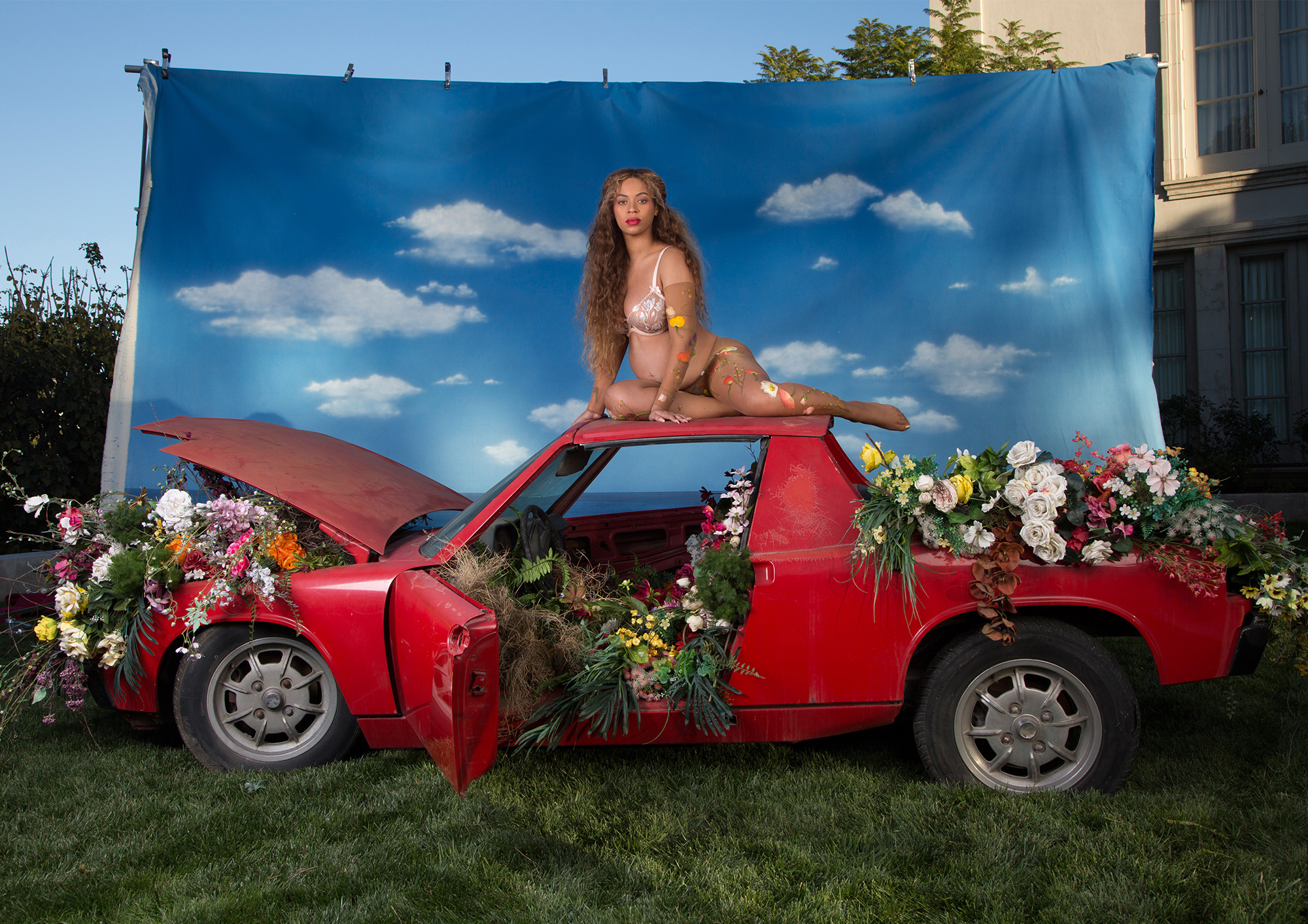 Beyonce Pregnant Red Car - Lead