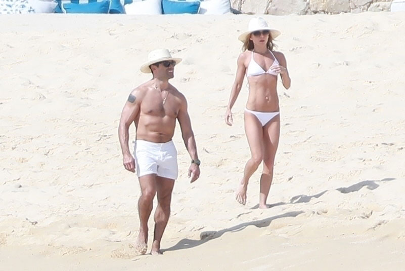 Kelly Ripa Mark Consuelos Beach