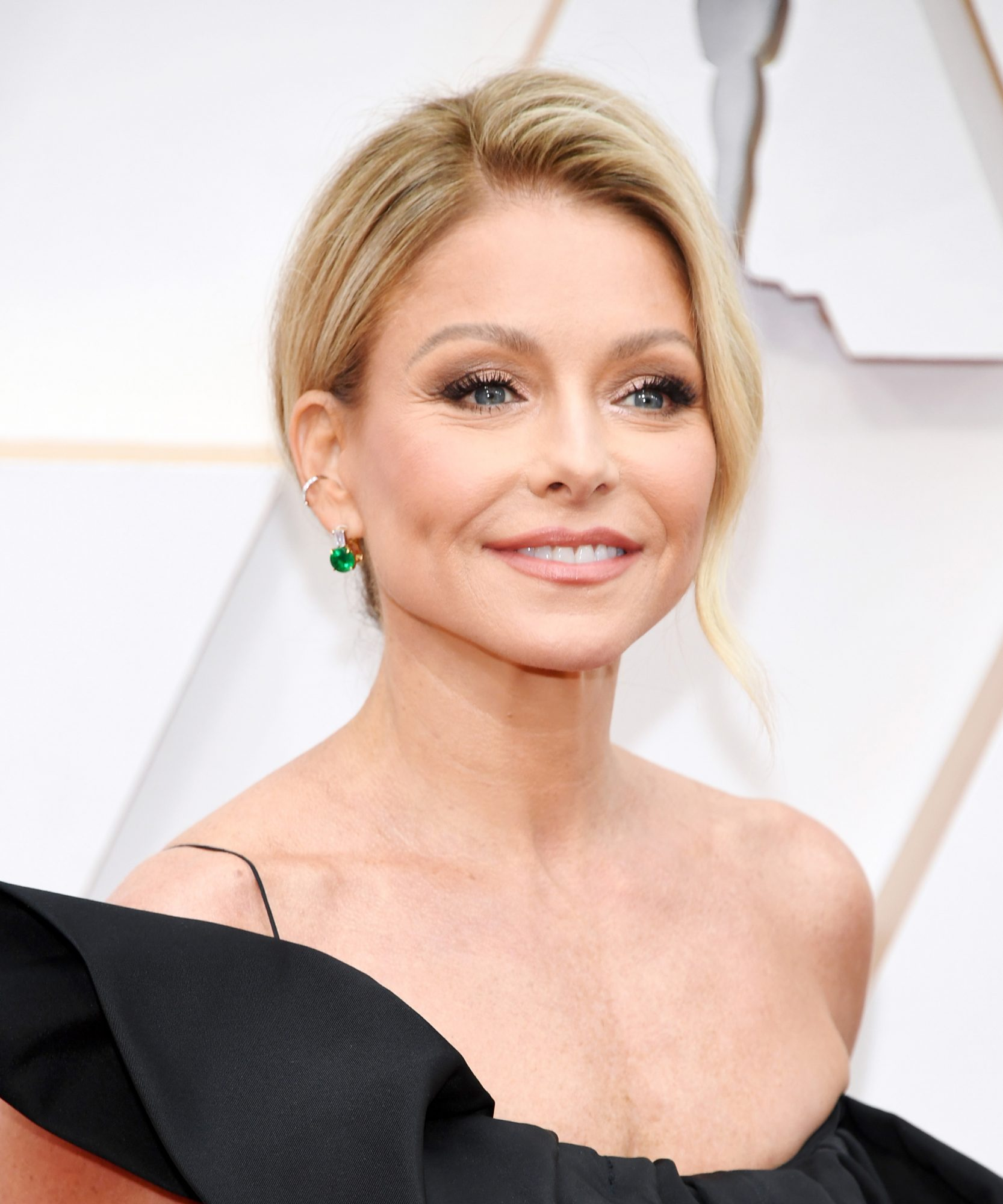 Kelly Ripa uses this spray to cover her gray roots