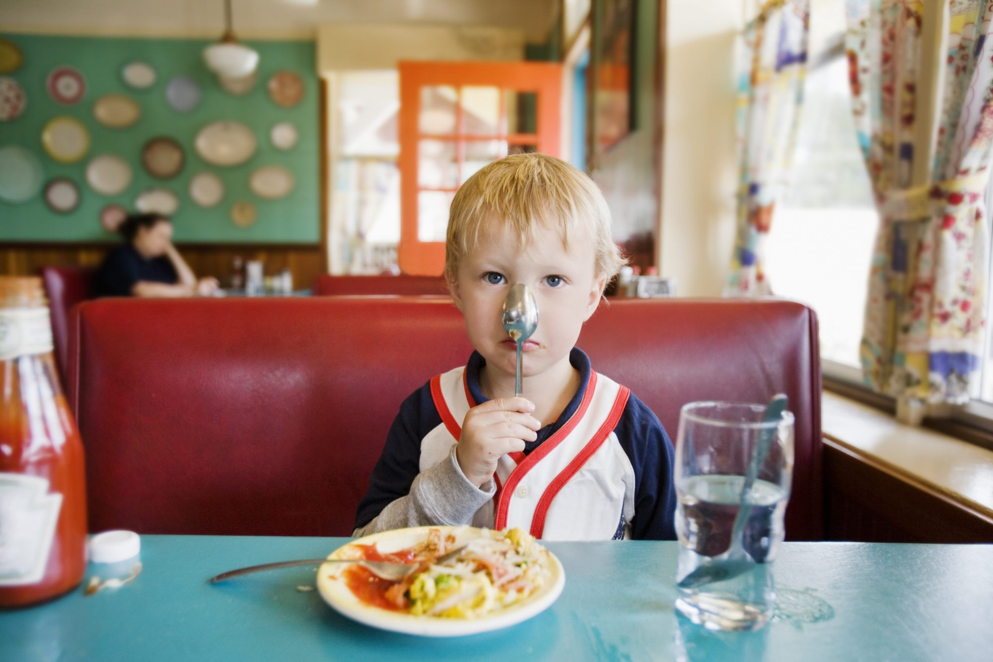 getty-kid-in-restaurant-image