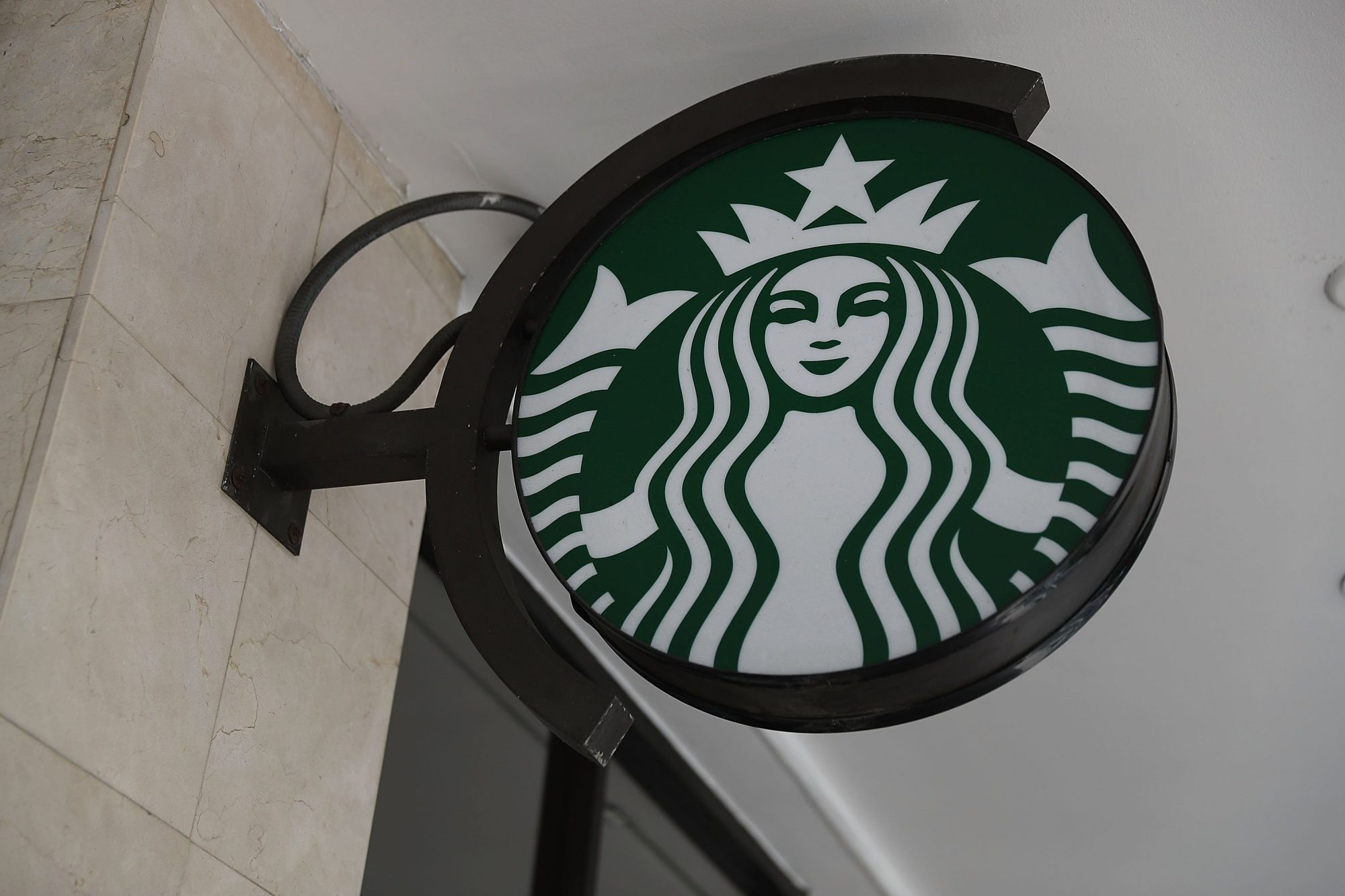 Starbucks honors veterans with camouflage cup sleeves