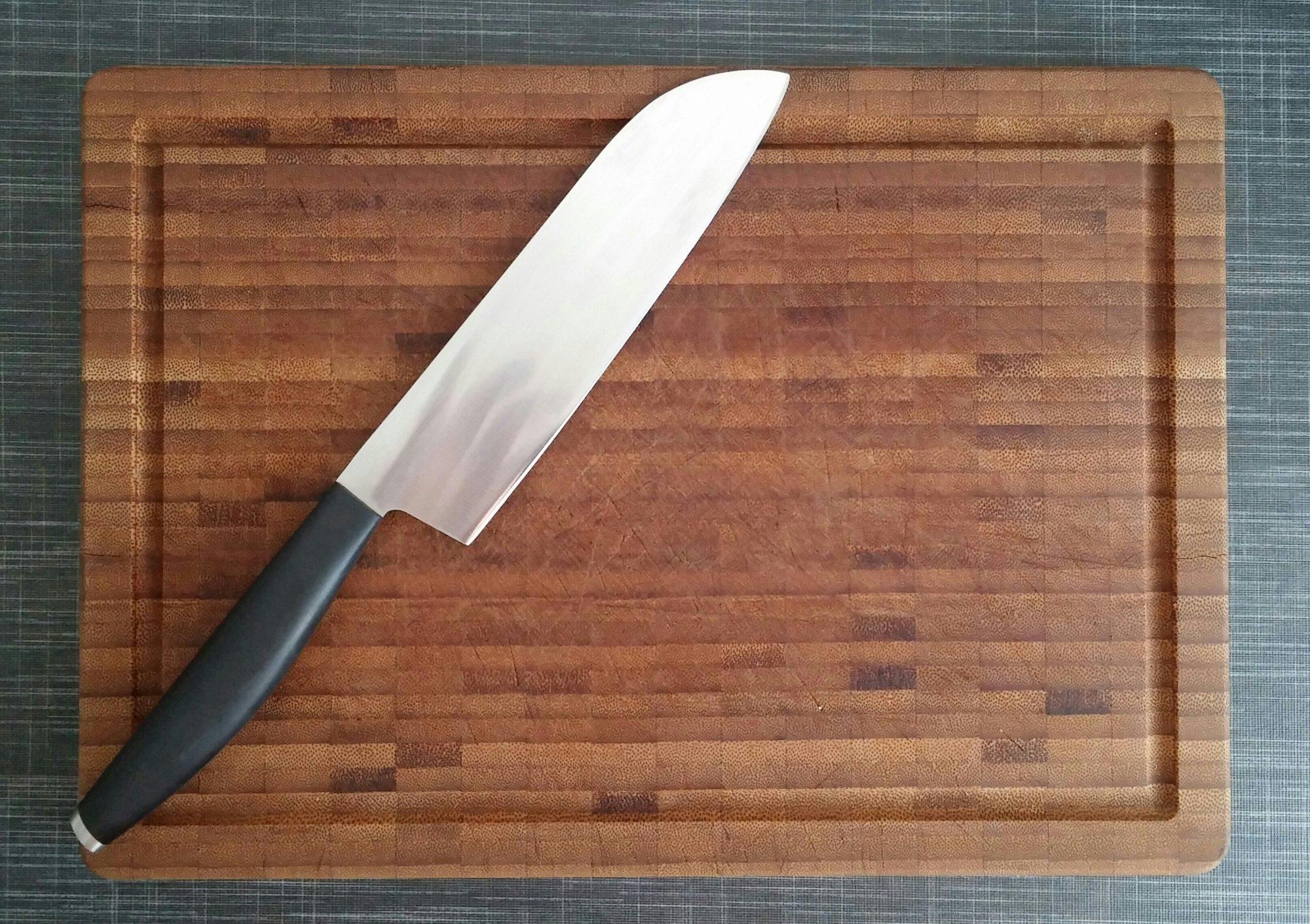 Knife and cutting board Getty 8/6/20