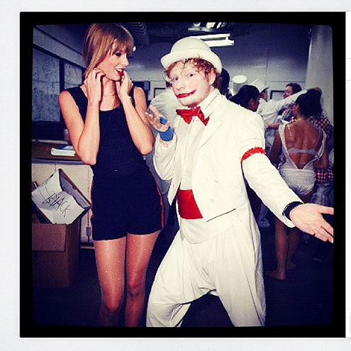 TAYLOR SWIFT: PLAYS DRESS-UP