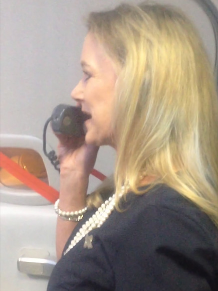 FLIGHT ATTENDANT DID COMEDY ROUTINE, WENT VIRAL