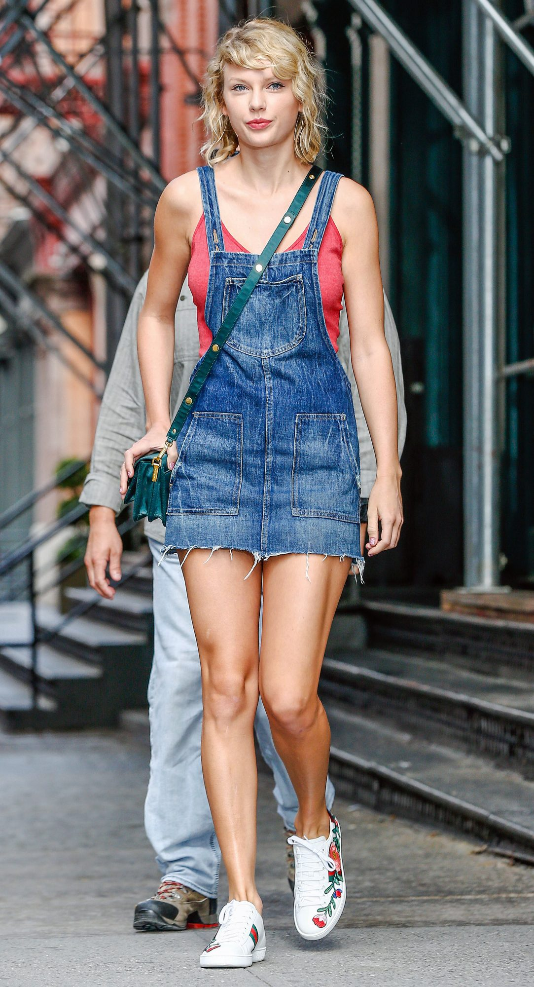"Taylor Swift rocks the quintessential ""farmer's daughter"" look in NYC"