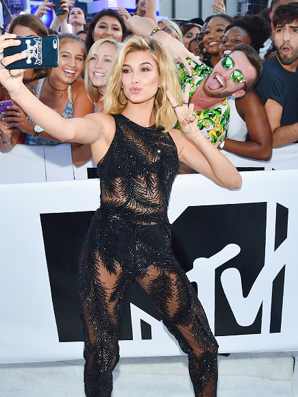 HAILEY BALDWIN TOOK SELFIES WITH SOME VERY LUCKY FANS