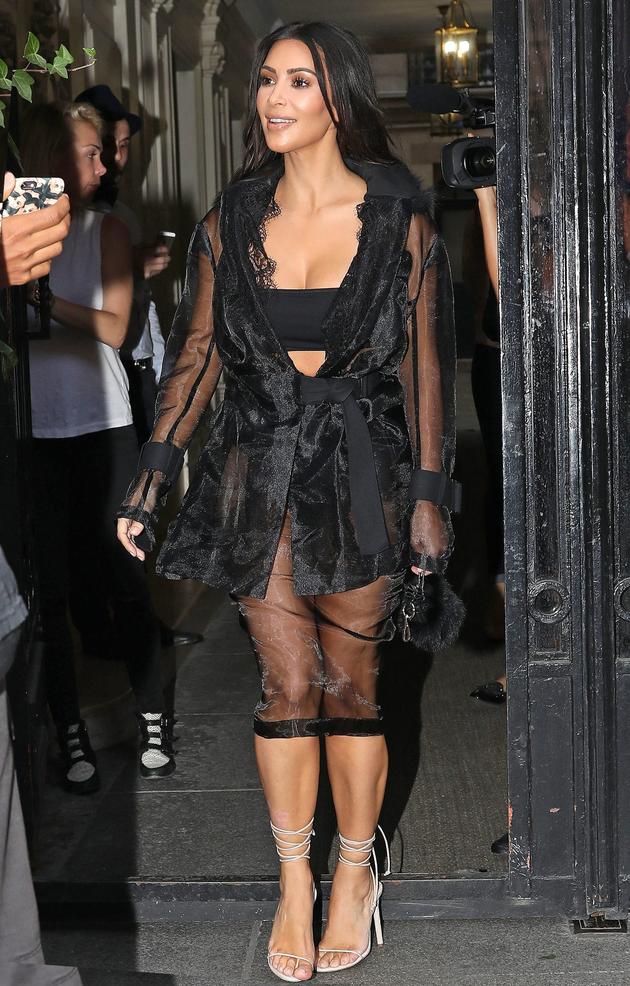 du corps PascalKim Kardashian arrive at Avenue restaurant Vitalii Sediuk tried to catch her but was neutralized by her bodyguard Pascal