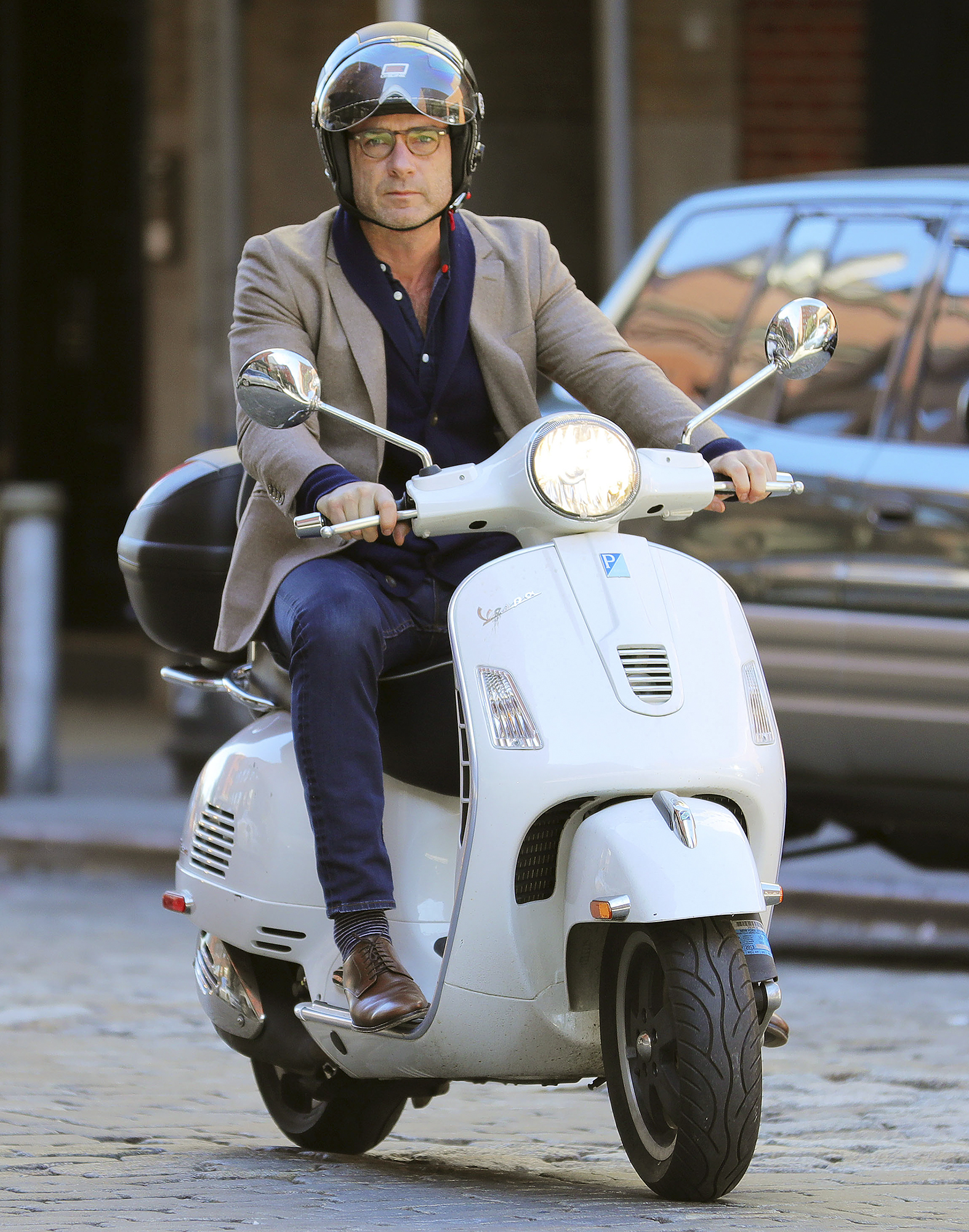 Liev Schreiber rides his white Vespa GTS 300 to go visit Naomi Watts in New York