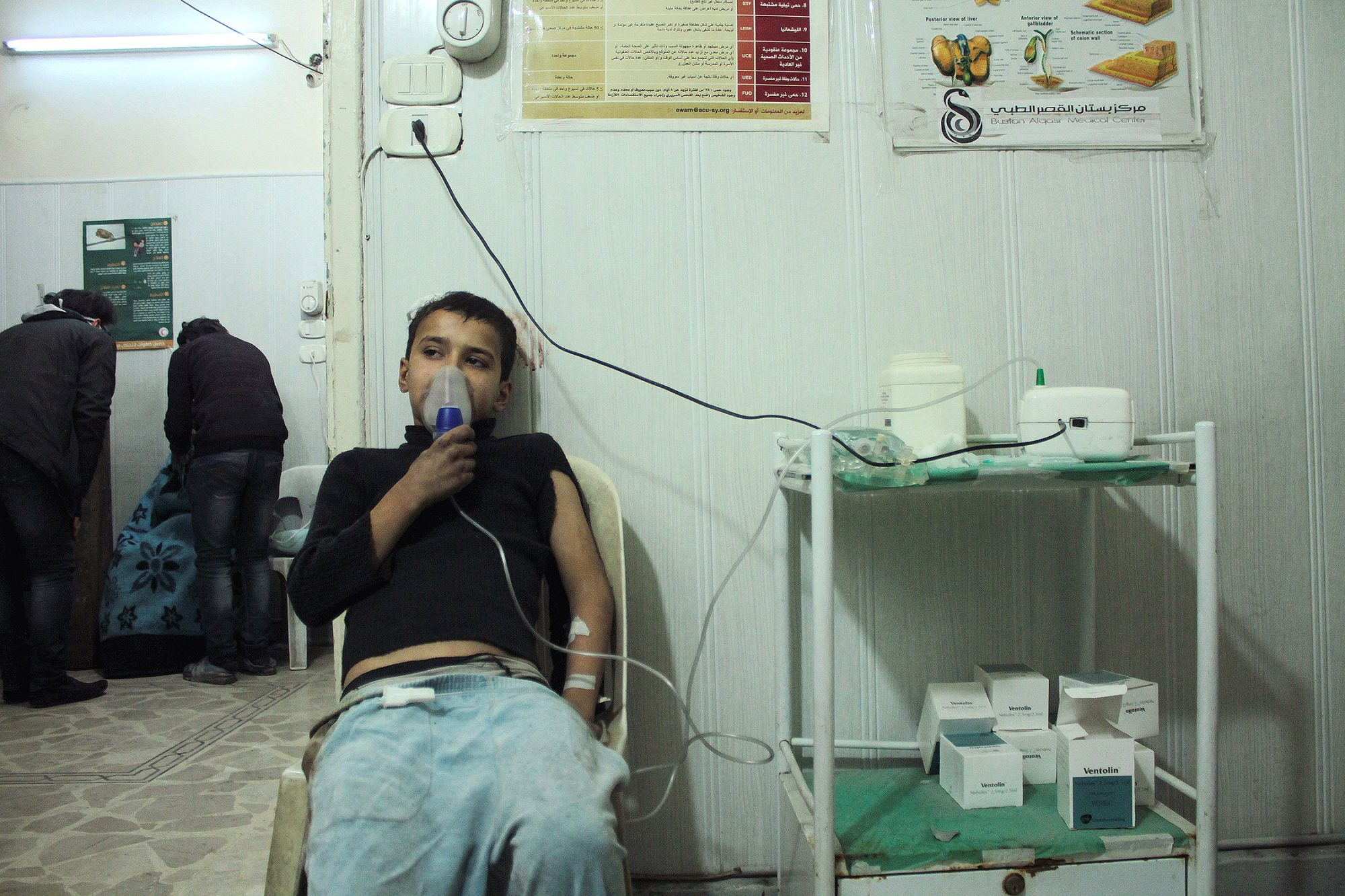 epa05668704 A civilian suffering of respiratory distress symptoms receives treatment at a field hospital in al-Kallaseh neighborhood, Aleppo, Syria, early 10 December 2016. According to local sources, most of the patients allegedly showed signs of Chlorine gas use in strikes by suspected Syrian Government forces and its allies on 10 December afternoon. Local sources added that some 40 people suffered of such symptoms after the strikes. EPA/GHIRH SY EPA SYRIA ALEPPO CONFLICT