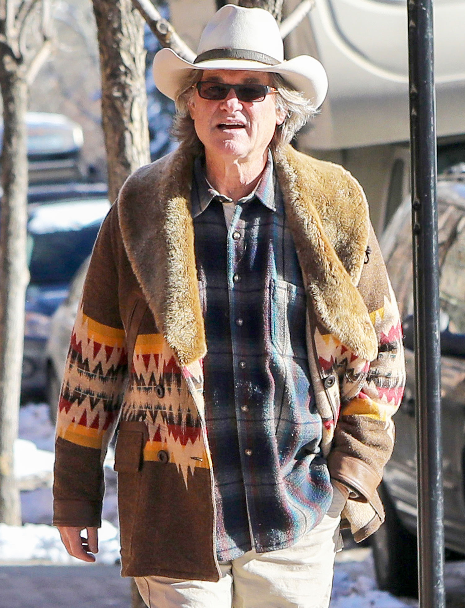 *EXCLUSIVE* Kurt Russell grabs a few last minute items on Christmas eve