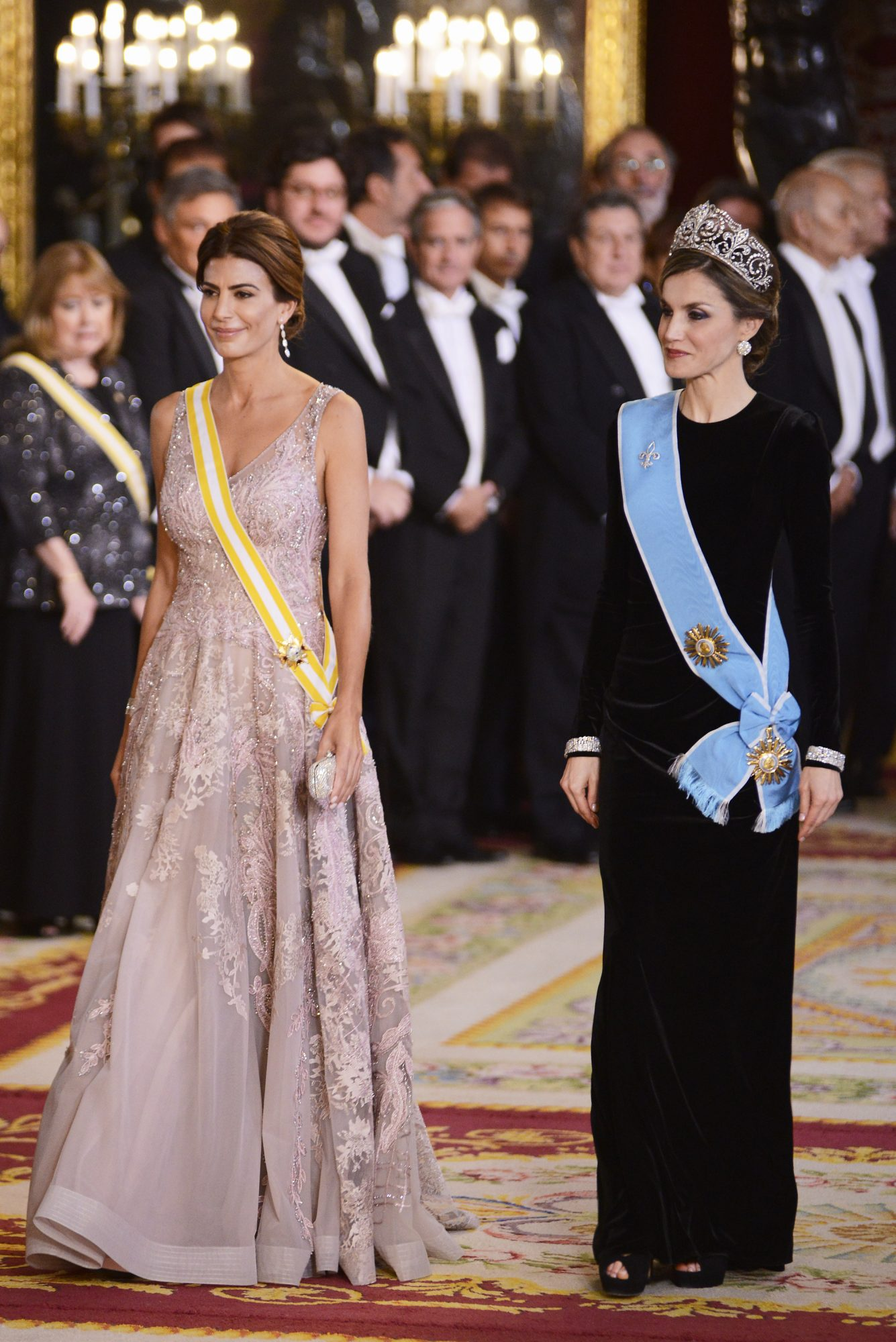 MADRID, SPAIN - FEBRUARY 22: Queen Letizia of Spain (R) receives Argentinian First Lady Juliana Awada (L) for an Gala Dinner at the Royal Palace on February 22, 2017 in Madrid, Spain. (Photo by Borja Benito - Pool/Getty Images)