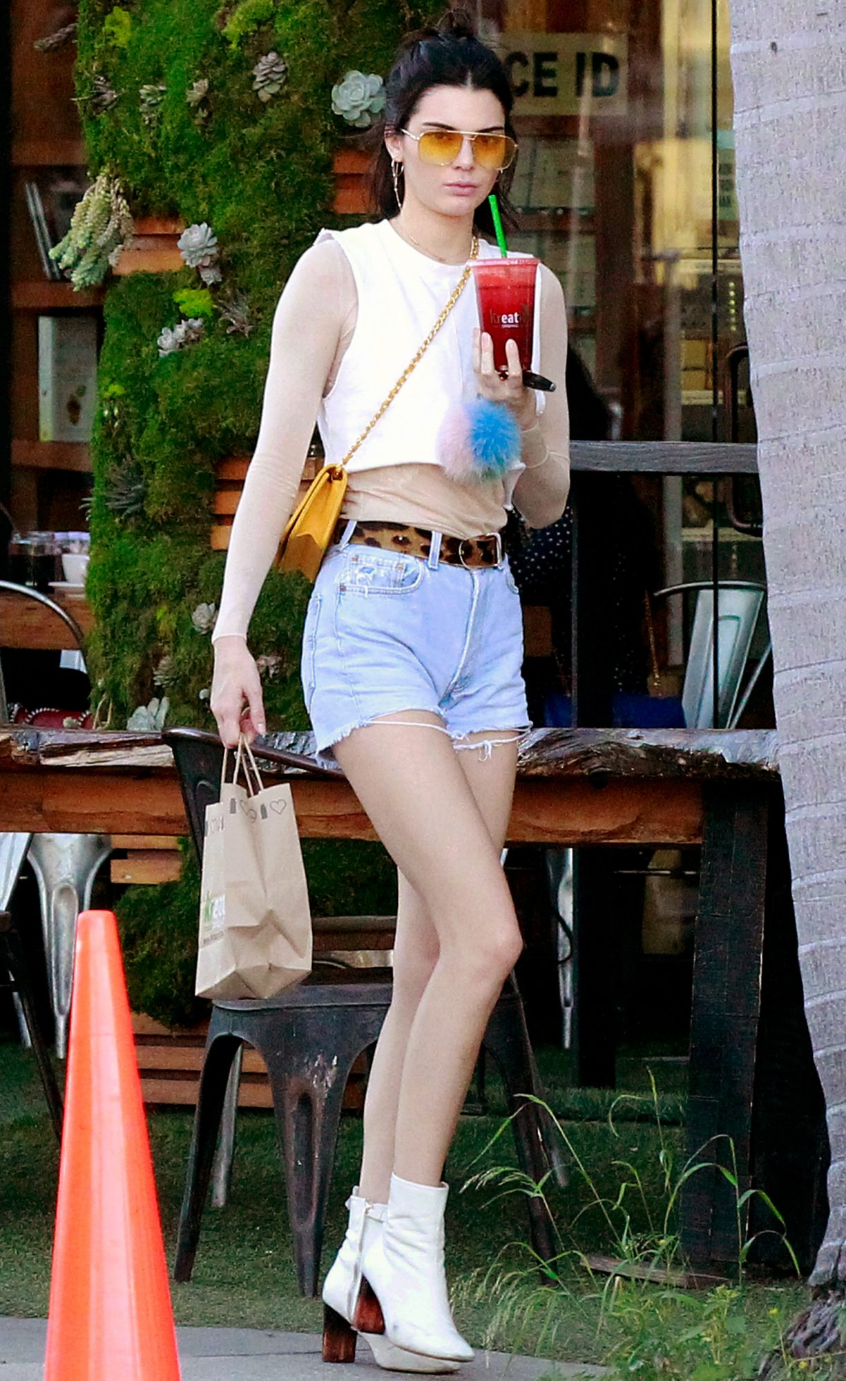 EXCLUSIVE: Kendall Jenner spotted grabbing a juice in LA