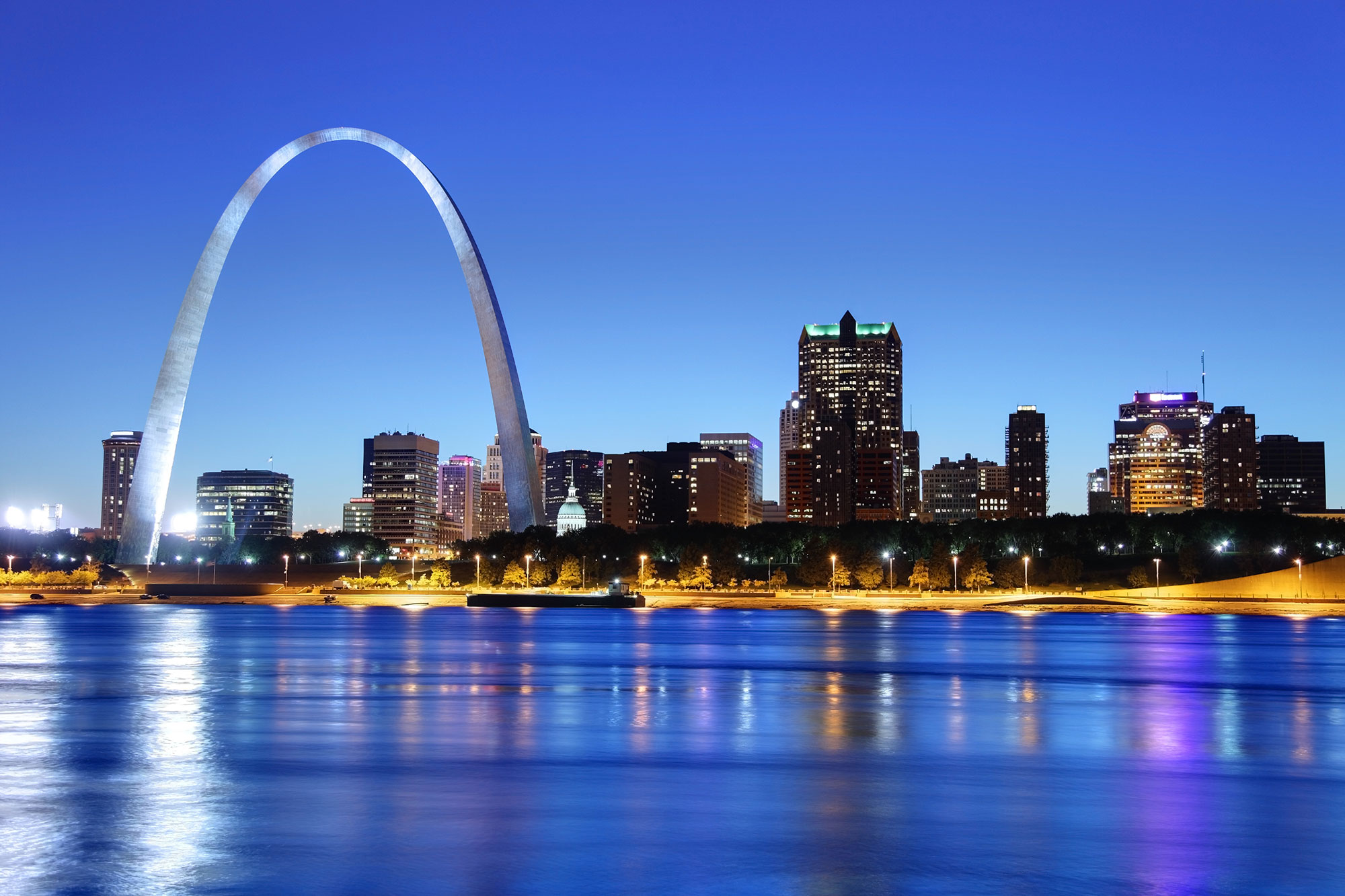 Night view of the arch in the St. Louis skyline