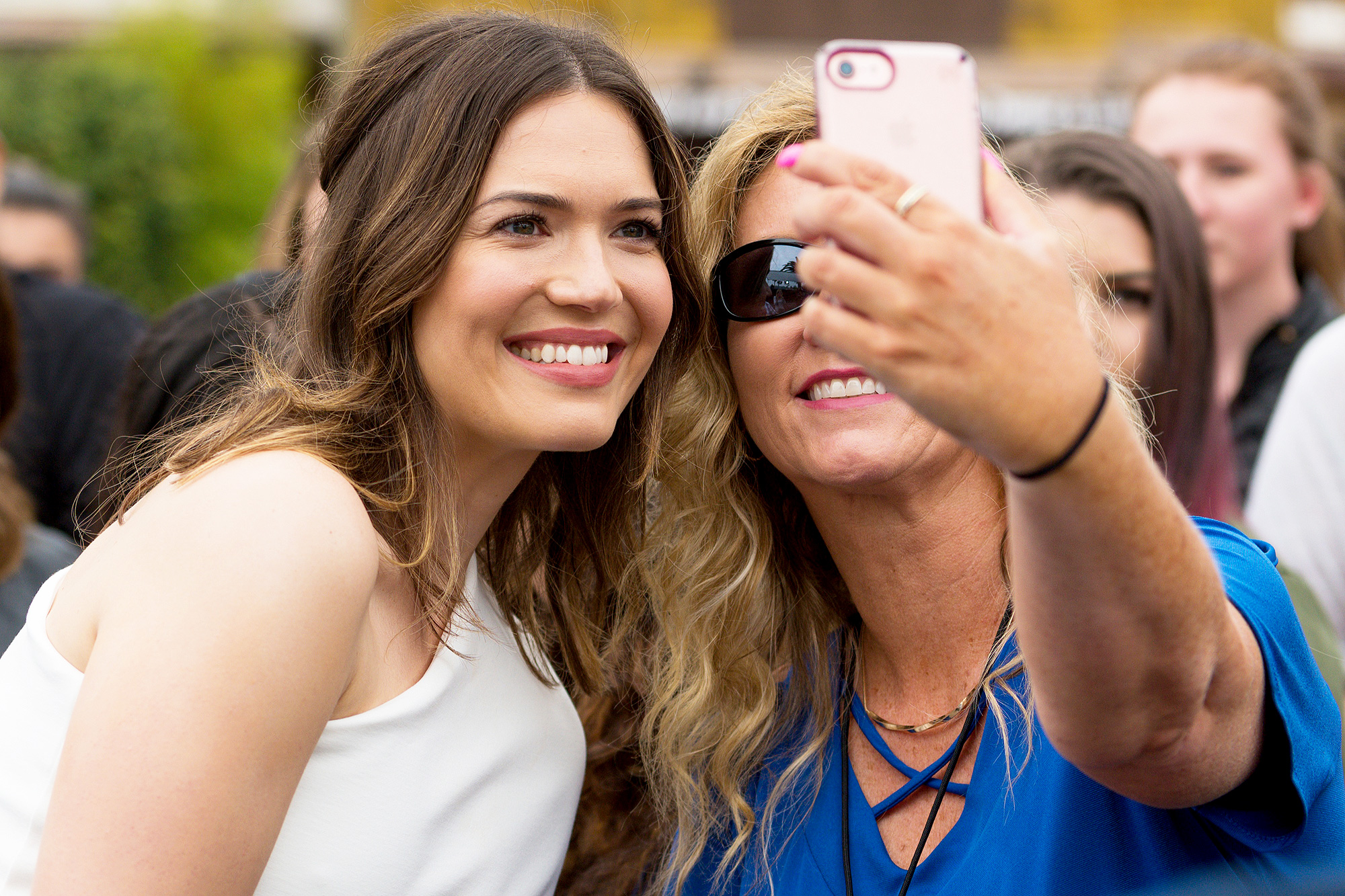 """Mandy Moore Visits """"Extra"""""""