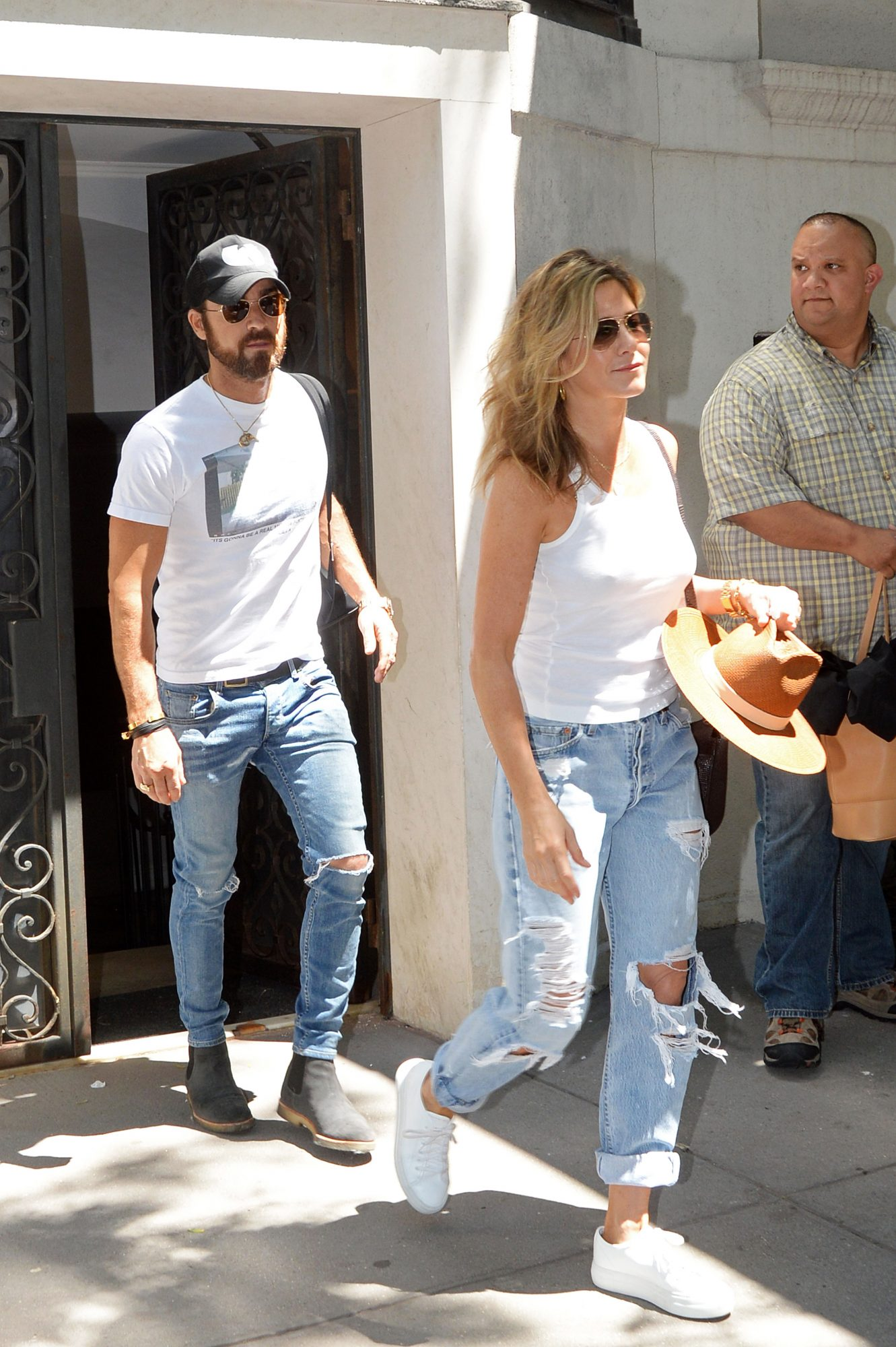 Jennifer Aniston and Justin Theroux leave their New York apartment for a trip to the airport.