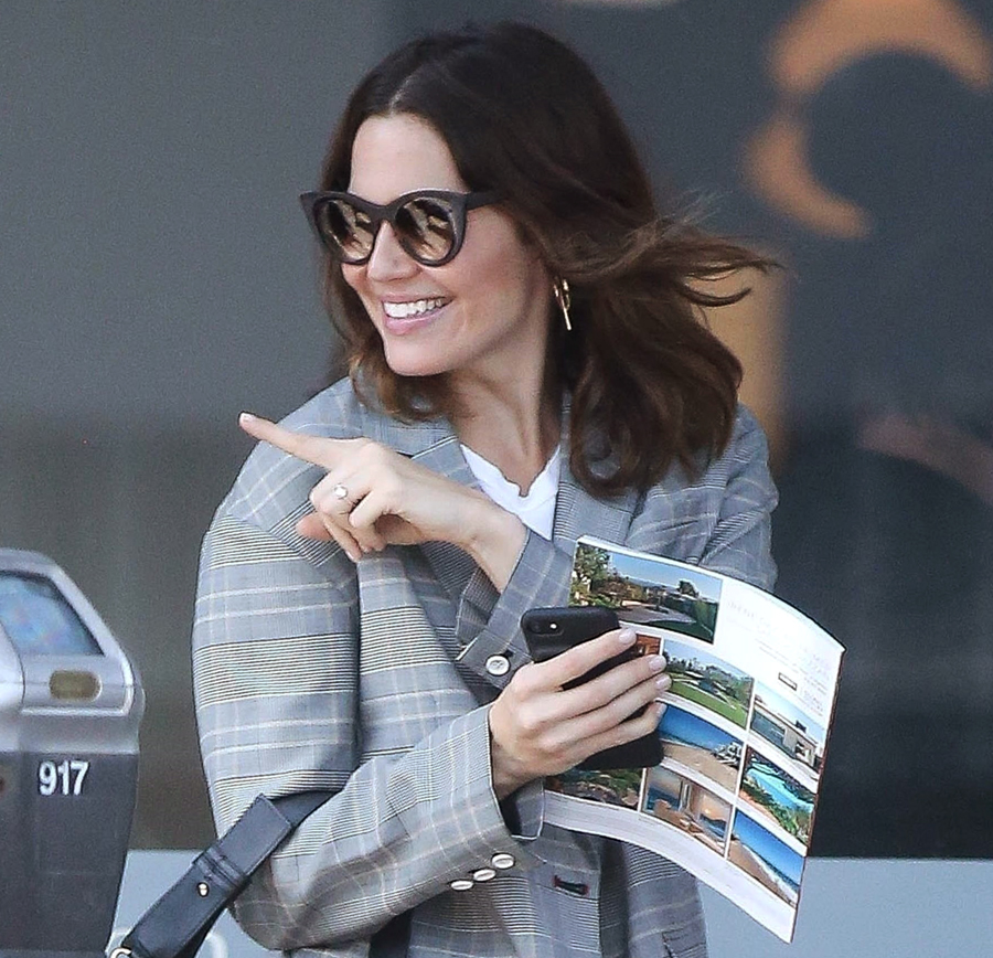 *EXCLUSIVE* Mandy Moore takes some family members to Caffe Luxxe
